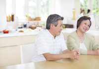 テーブルで会話するシニア夫婦 33000001553| 写真素材・ストックフォト・画像・イラスト素材|アマナイメージズ
