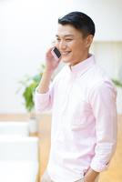 スマートフォンで会話をする男性