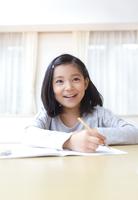 ノートに字を書く女の子