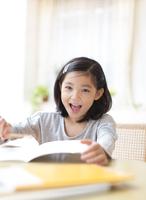 ノートを前に笑う女の子