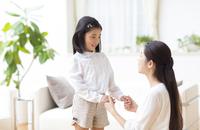 手を取り合って会話する母と娘