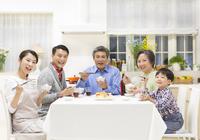 団欒の食卓で笑顔の三世代家族