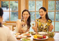 シャンパングラスを手に楽しむ女性達