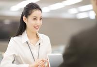 タブレットPCで打合せをするビジネス女性