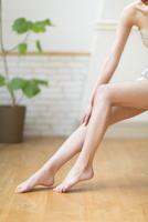 脚のふくらはぎをマッサージをする女性の手元