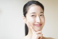 頬に指をあて微笑む女性 33000001796| 写真素材・ストックフォト・画像・イラスト素材|アマナイメージズ