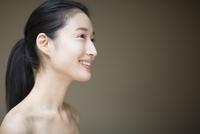 微笑む横顔の女性