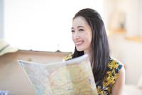 旅行の準備をする笑顔の女性