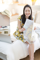 旅行の準備をする笑顔の女性 33000001879| 写真素材・ストックフォト・画像・イラスト素材|アマナイメージズ