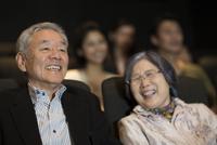 映画を観るシニア夫婦