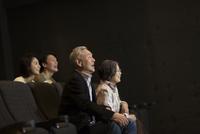 映画を観るシニア夫婦とカップル