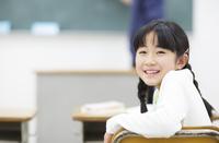 教室椅子に座って振り向く女の子