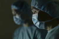 手術着を着た男性医師たち