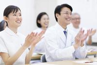 会議で拍手をする医師たち 33000001960| 写真素材・ストックフォト・画像・イラスト素材|アマナイメージズ