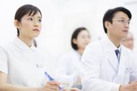 会議をする医師たち