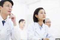 会議中の医師たち