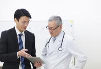 打合せをする男性医師とビジネスマン