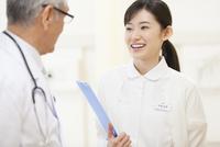 打合せをする女性看護師と男性医師 33000001995| 写真素材・ストックフォト・画像・イラスト素材|アマナイメージズ