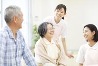 談笑する女性看護師と患者たち