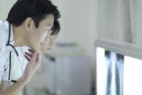 レントゲン写真を見る男性医師と女性看護師 33000002036| 写真素材・ストックフォト・画像・イラスト素材|アマナイメージズ