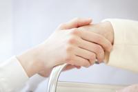 車椅子の患者の手に添える女性看護師の手元 33000002048| 写真素材・ストックフォト・画像・イラスト素材|アマナイメージズ
