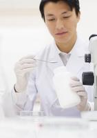 薬さじを使って研究をしている男性研究員 33000002093| 写真素材・ストックフォト・画像・イラスト素材|アマナイメージズ