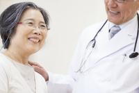 笑顔の患者と男性医師
