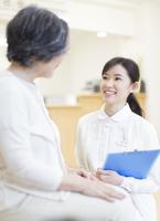 患者と話をする女性看護師