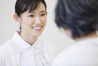患者と話をする女性看護師 33000002134| 写真素材・ストックフォト・画像・イラスト素材|アマナイメージズ