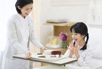 女の子に病院食を運ぶ女性看護師 33000002139| 写真素材・ストックフォト・画像・イラスト素材|アマナイメージズ