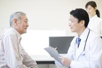 患者に問診をする男性医師