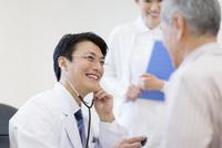 患者に聴診器をあてる男性医師 33000002159| 写真素材・ストックフォト・画像・イラスト素材|アマナイメージズ