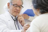 患者に聴診器をあてる男性医師