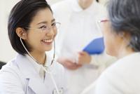 患者に聴診器をあてる女性医師