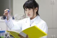 研究をしている女子学生 33000002201| 写真素材・ストックフォト・画像・イラスト素材|アマナイメージズ