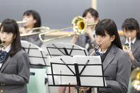 音楽室で吹奏楽の練習をする女子学生たち 33000002279| 写真素材・ストックフォト・画像・イラスト素材|アマナイメージズ
