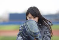 野球ボールを投げる構えをする女子学生