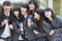 笑う女子高校生たちのポートレート