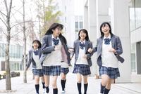 笑顔で走る女子高校生たち 33000002495  写真素材・ストックフォト・画像・イラスト素材 アマナイメージズ