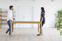 テーブルを運ぶ男性と女性