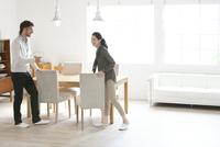 テーブルで談笑する男性と女性