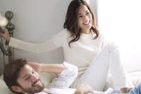 ベッドの上で微笑む男性と女性