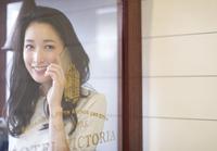 スマートフォンで通話する女性 33000002658| 写真素材・ストックフォト・画像・イラスト素材|アマナイメージズ