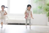 楽しそうに走る2人の女の子