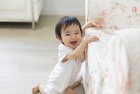 ソファーに寄りかかって笑う赤ちゃん 33000002688| 写真素材・ストックフォト・画像・イラスト素材|アマナイメージズ