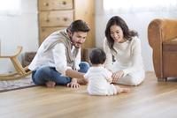 赤ちゃんをあやす若い夫婦 33000002698| 写真素材・ストックフォト・画像・イラスト素材|アマナイメージズ