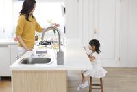 キッチンで料理の準備をする親子の横顔