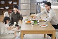 ダイニングテーブルで食事を楽しむ親子