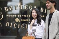 ウィンドウショッピングを楽しむ男性と女性