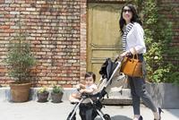 ベビーカーで散歩する親子 33000002781| 写真素材・ストックフォト・画像・イラスト素材|アマナイメージズ